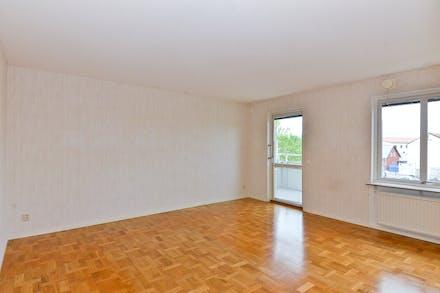 Stort vardagsrum med parkettgolv