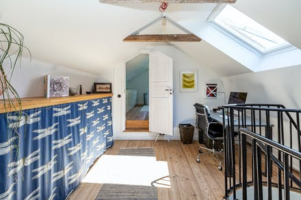 Arbetsrum/passage med takfönster och dörröppning mot sovrum 1