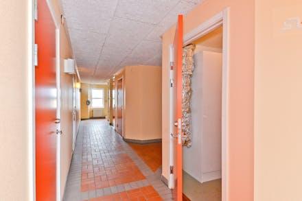 I trapphuset finns ett varmförråd som tillhör lägenheten