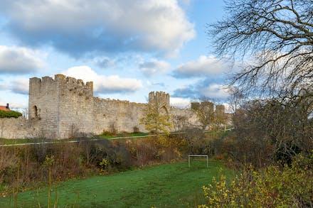 Muren och den fantastiska lilla fotbollsplanen