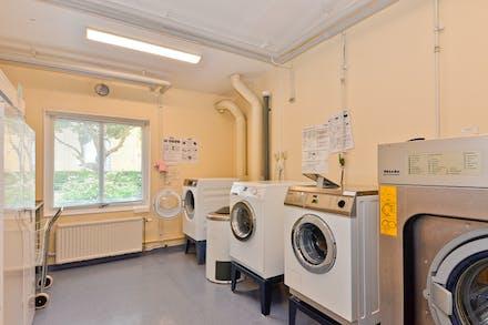Stor tvättstuga med bra maskiner