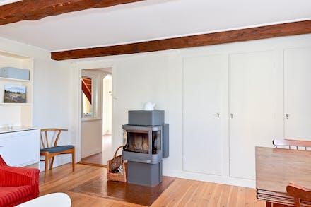 Vardagsrum med värmande kamin och bra förvaring via inbyggnadsgarderober