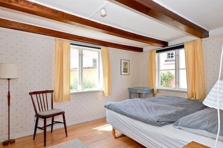 Sovrum 1 med fönster i två väderstreck