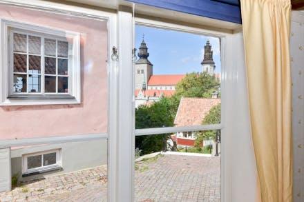 Utsikt mot Visby domkyrka från sovrum 1