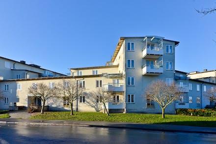Högst upp i omtyckta Brf Linden med havsutsikt och fönster i tre väderstreck