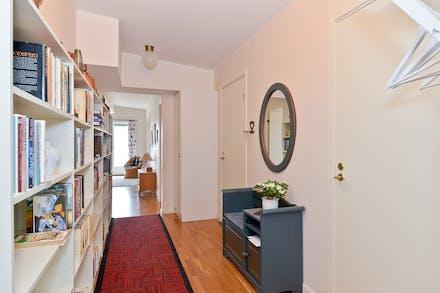 Möblerbar hall/entré och bortre dörren är till badrummet
