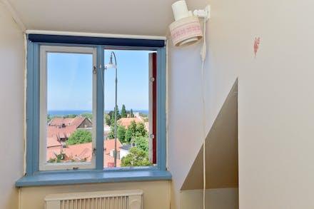 Takkupa med fönster mot havet...