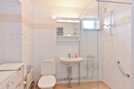 Rymligt badrum med golvvärme, fönster och tvättmaskin