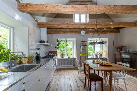 Öppet upp i nock och där det moderna köket samsas med äldre detaljer