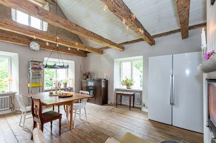 Flertalet ljusinsläpp gör köket till en naturlig plats för samvaro och långa middagar