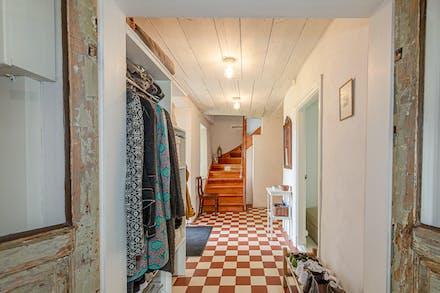 Åter mot hall/entré med dörröppning mot sovrum 1