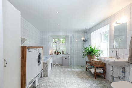 Badrum med rejäl rymd och vattenburen golvvärme samt tvättmaskin och torktumlare