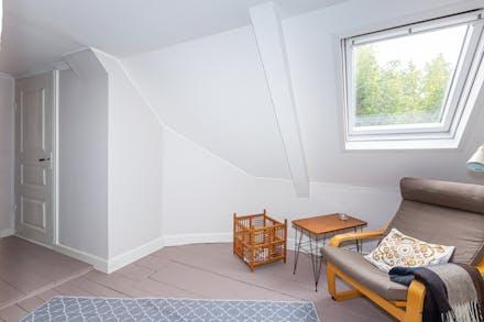 Övre hall med takfönster ger en skön plats för läsning