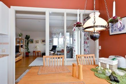 Tilltalande invändiga fönster ger genomljus i bostaden