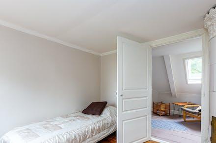 Sovrum 3 med spegeldörr och kakelugn