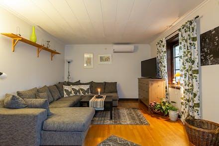 Vardagsrum med plats för en stor soffa.