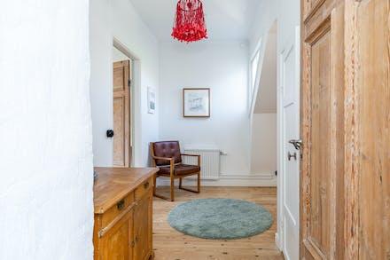Hall (utrymme finns för gästsäng) med dörr till separat toalett
