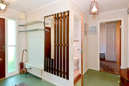 Hall/entré med dörr på glänt mot badrum