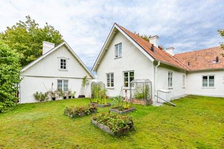 På baksidan av bostadshus och flygel finns plats för odlingar