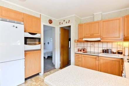 Åter i köket och öppen dörr mot sovrum 3