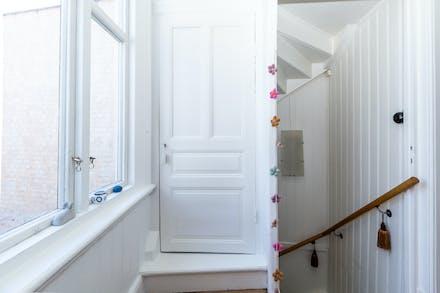 Till övre hall når trappa 1 från hall/entré och här finns även dörr till vinden