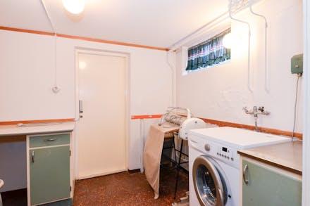 Tvättstuga med tvättmaskin...