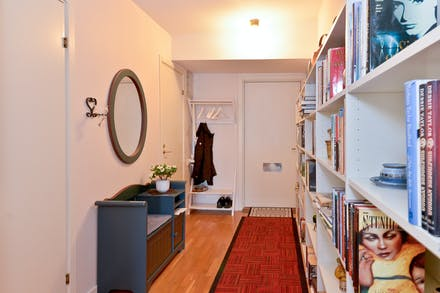 Hall/entré med ekparkett och förråd precis innanför dörren