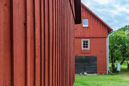 Uthusbyggnader som är tämligen nymålade