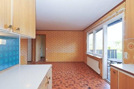 Köket mynnar ut i en stor matplats invid fönster