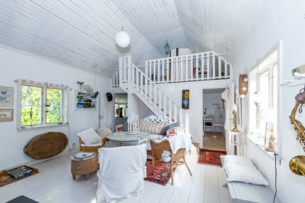 Salen med sin magnifika takhöjd ( i bortre änden finns två sovrum och sovloft)