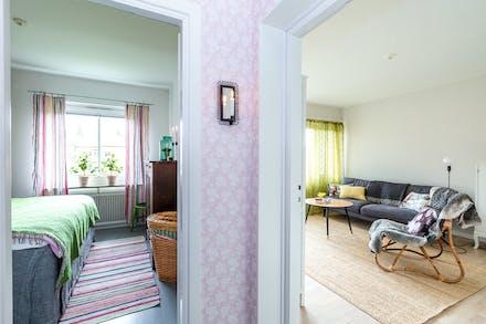 Sovrum och vardagsrum ligger i fil med varandra