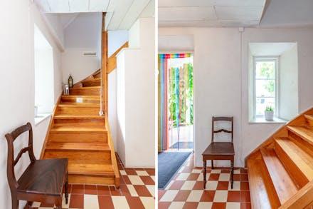 Från hall/entré nås övre plan via trappa