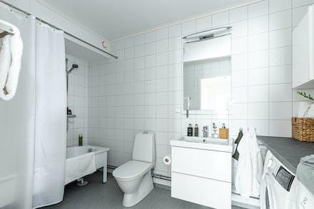 Även badrummet är rymligt, med  tvättmaskin, torktumlare och badkar.