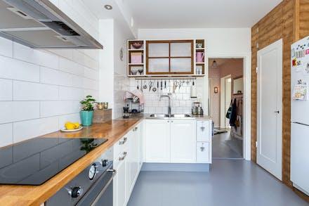 Modernt kök med gott om arbetsytor