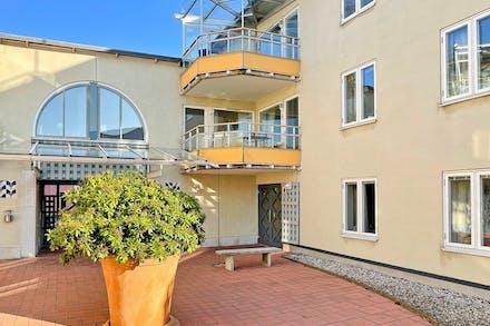 2:a våningen, med balkong och halva