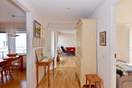 Inre hall som leder vidare till alla rum i lägenheten