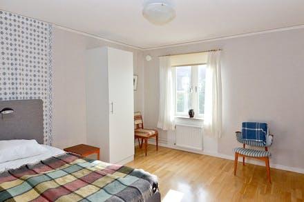 Sovrummet är rymligt, gott om plats för både dubbelsäng och skrivbord om så önskas