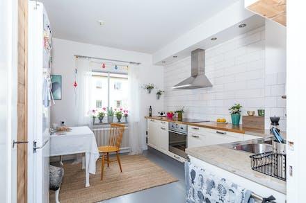 Köket är rymligt och har målat parkettgolv och fina detaljer