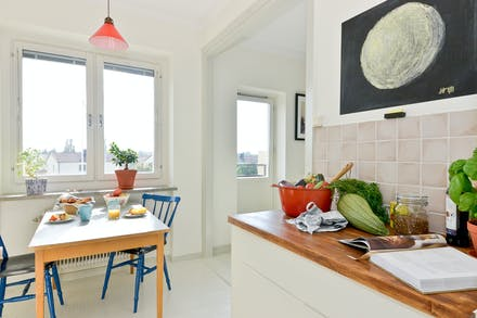 Delvis öppet mellan kök och vardagsrum