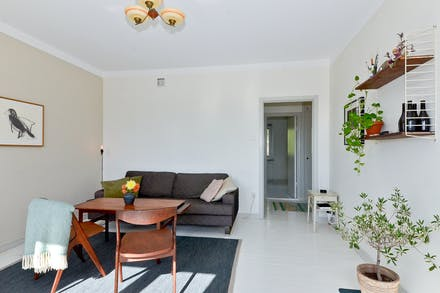 Vardagsrummet nås endera från inre hall eller kök med matplats