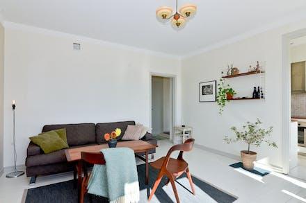 Vardagsrum med målade trägolv