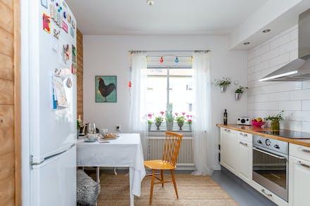 I köket finns en matplats samt fönster mot Humlegårdsvägen