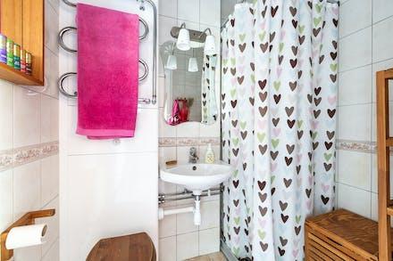 Strambytt och helkaklat badrum med klinkergolv