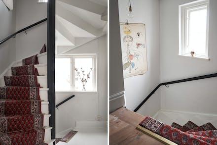 Vackra äldre trappor förbinder de tre våningsplanen