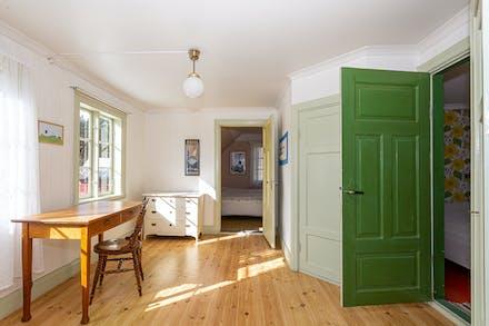Möblerbar hall och vackert ljusinsläpp