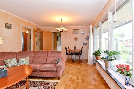 Vardagsrummet nås både från kök och inre hall