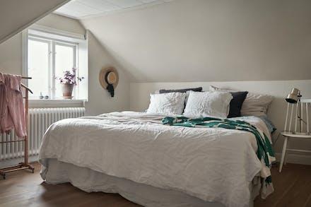 Sovrum 1 med trägolv