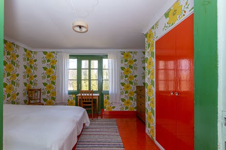 Stor platsbyggd garderob i sovrum 3