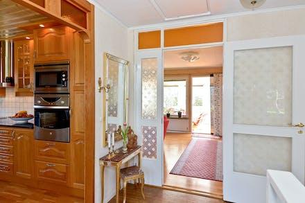 På väg in i vardagsrummet via glasade dörrar