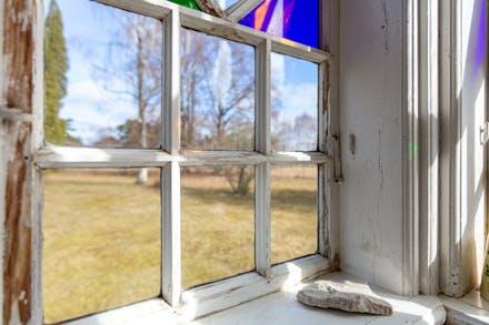 Bevarade fönster med visst renoveringsbehov